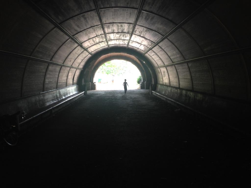 En person i en tunnel, med lys i enden av tunnelen.